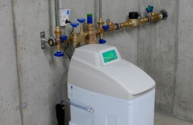 Waterverzachter regenereren met digitaal toestel met sensor